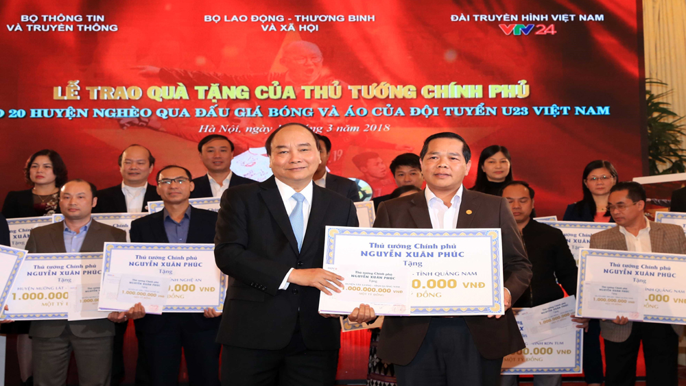 Thủ tướng trao tiền đấu giá bóng và áo đội U23 Việt Nam cho huyện nghèo
